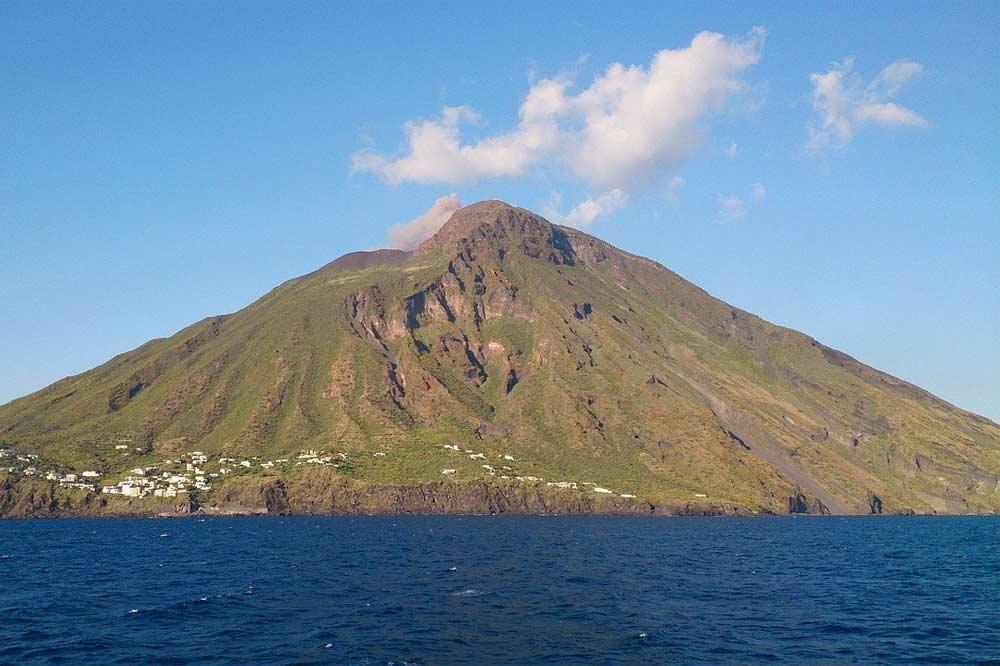 Giro in barca alle Eolie: visita di Panarea ed eruzione dello Stromboli-image-6