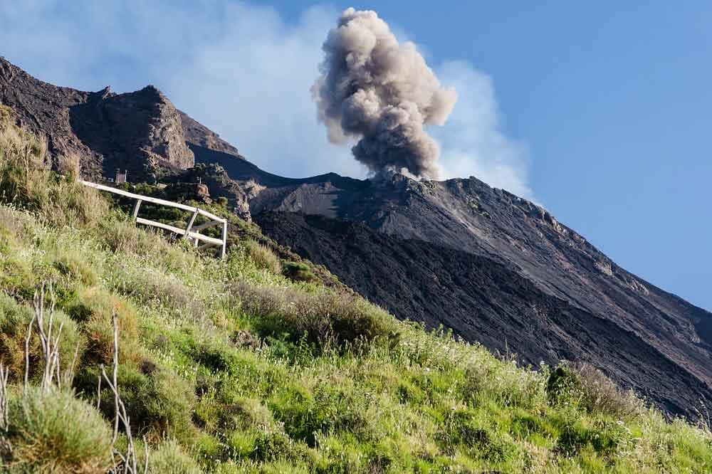 Giro in barca alle Eolie: visita di Panarea ed eruzione dello Stromboli-image-7