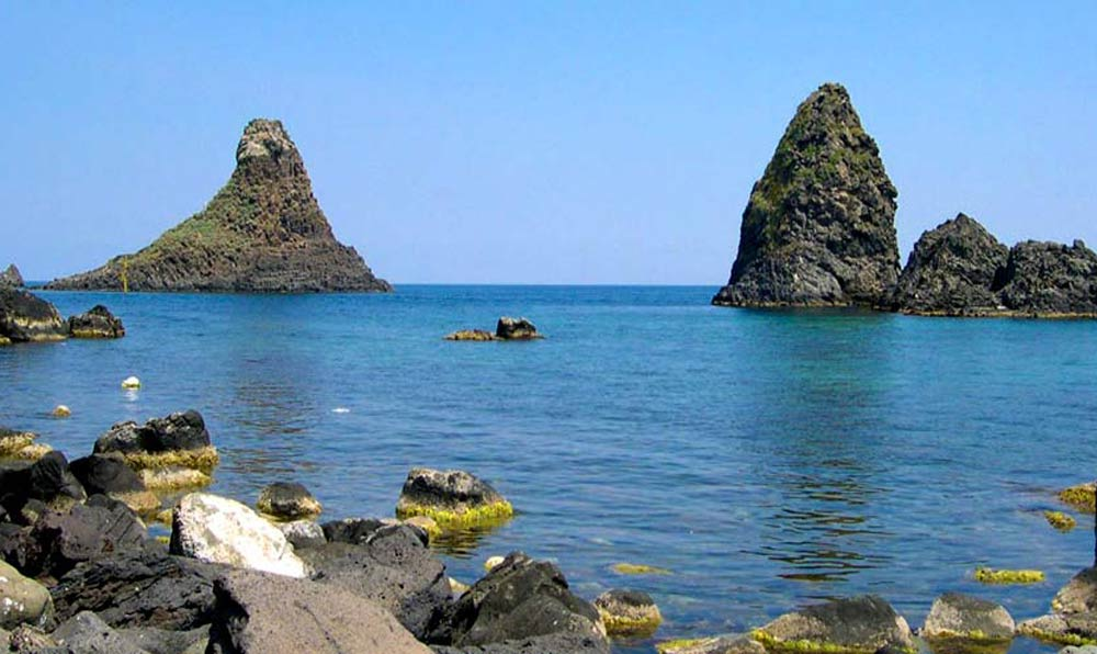 Go trekking to discover the sea stacks in Acitrezza between legend and nature-image-5